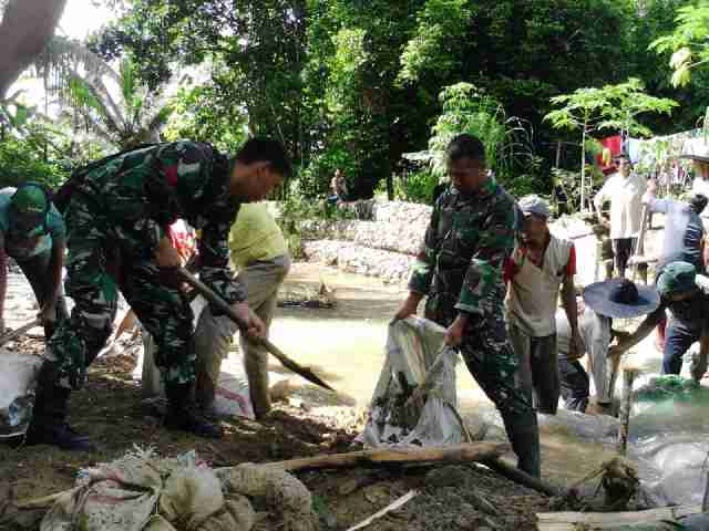 Pos Ramil 03/Jeumpa Dan Warga Gotong Royong Perbaiki Tanggul Saluran Irigasi