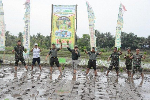 Danrem 162/WB Tanam Padi Di Lombok Tengah