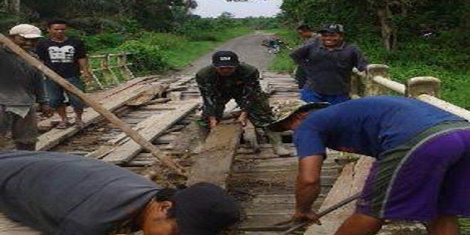 Koramil Reteh Bersama Masyarakat Melaksanakan Perbaikan Jembatan Desa Sekara