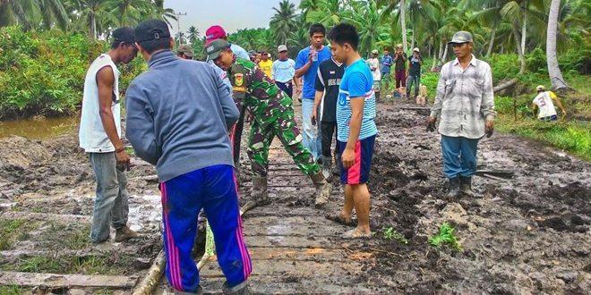 Babinsa Parit Pudin Ramil 03/Tkl.Ilir Dim 0419/Tanjab Melaksanakan Gotong Royong