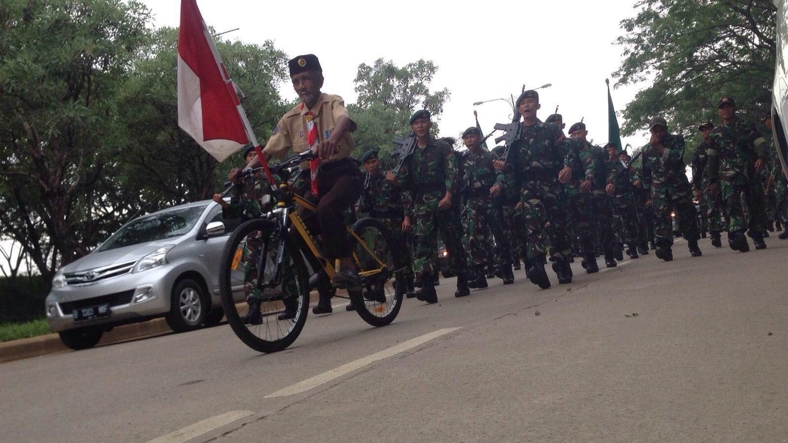 Prajurit Infanteri Kodam Jaya lewati Hari ke-3 YWPJ Dengan Sukacita Bersama Masyarakat