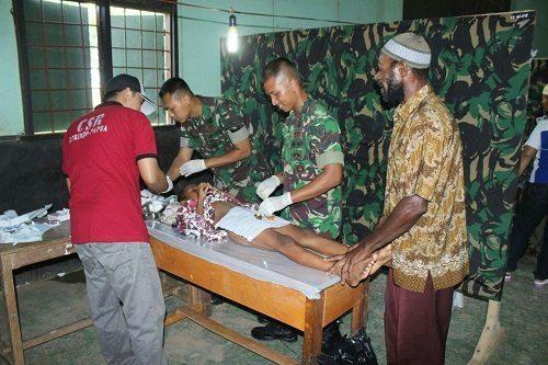 Satgas Yonif 301/PKS Gelar Sunatan Massal Di Perbatasan RI-PNG