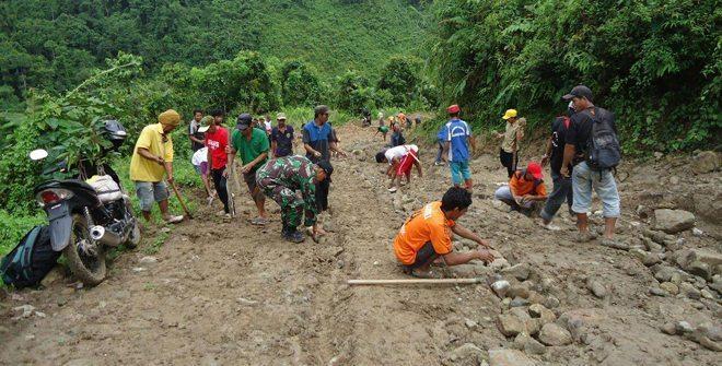 Babinsa Koramil 1402-06/Pana Bersama Masyarakat Bangun Jalan Desa