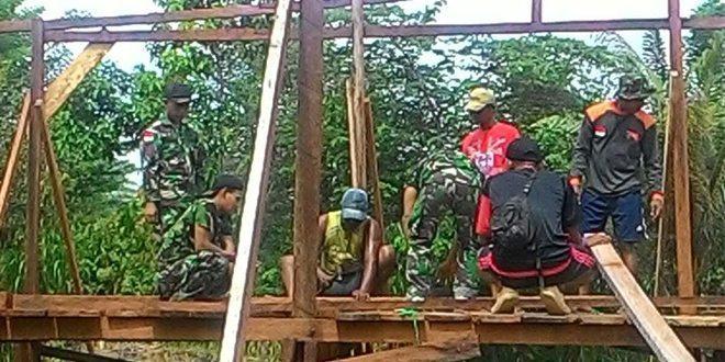 Satgas Pamtas RI_PNG Yonif 411 Kostrad Bantu Bangun Rumah di Perbatasan