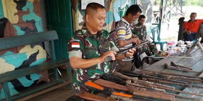 Di Perbatasan TNI Terima Senpi Dari Warga