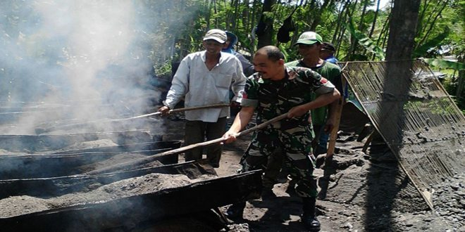 Babinsa Kerja Bakti Bantu Perbaikan Jalan Desa