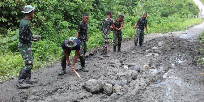Prajurit TNI Perbaiki Jalan Rusak di Papua