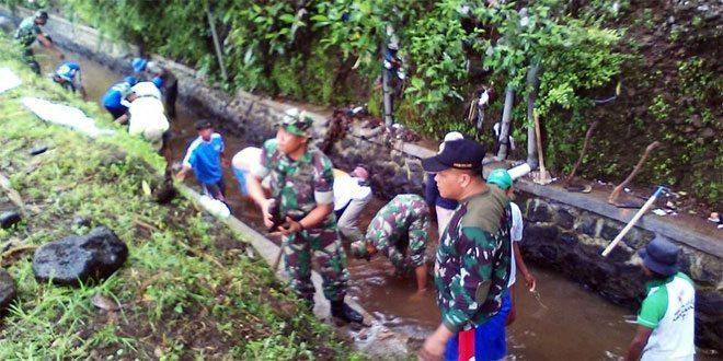 Koramil 01/Purwokerto Utara Melaksanakan Pengerukan Sedimentasi Bersa Warga