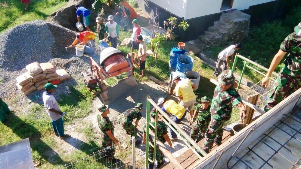 Koramil 0811/03 Semanding Bersama Masyarakat Bergotong Royong Rehab Musholla At-Taqwa