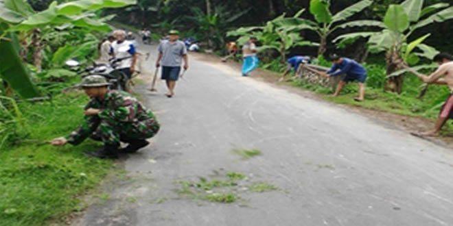 Babinsa Desa Klumpit Bersama Warga Laksanakan Pembersihkan Parit