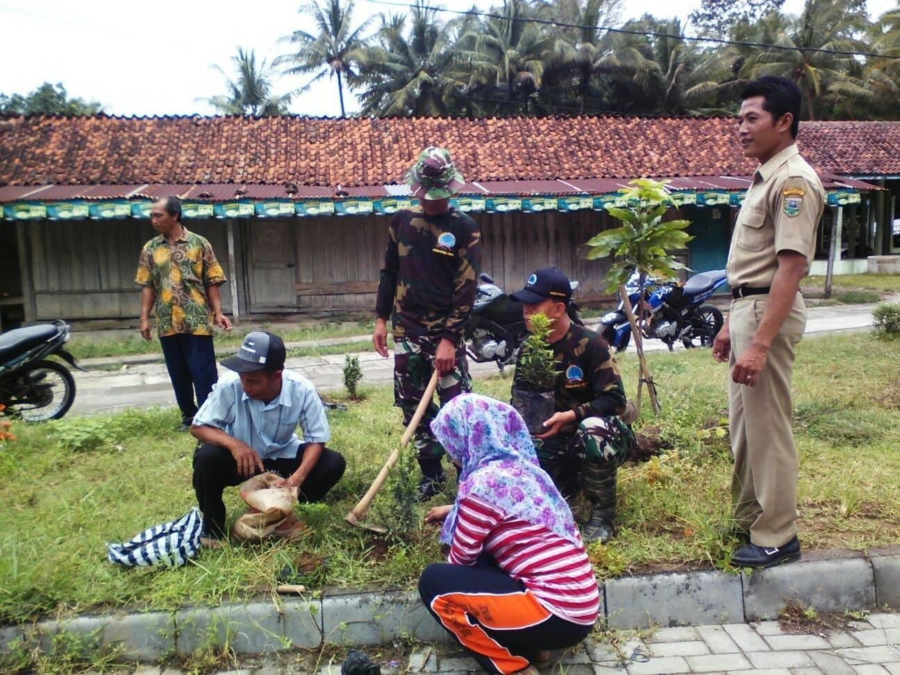 Pos Ramil Poncowarno Peltu Muji Pimpin Gotong Royong Bersihkan Lingkungan