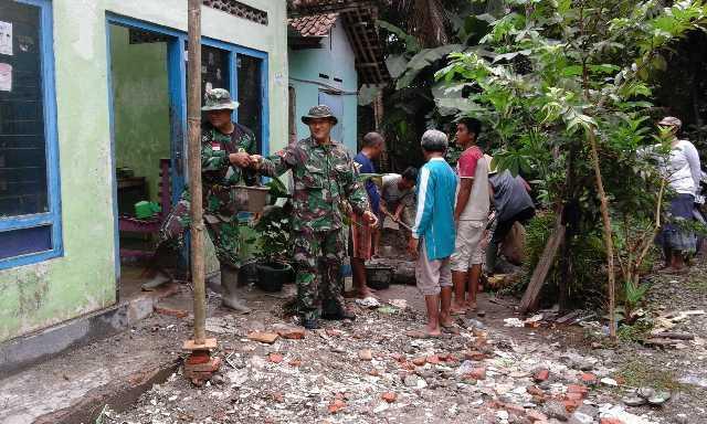Koramil 18/Puring Bantu Perbaikan Rumah Warga Tertipa Pohon Tumbang