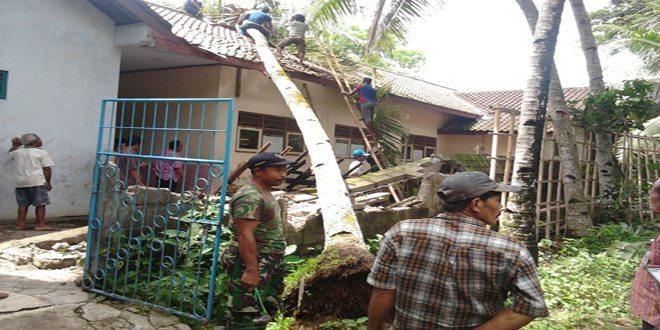 Atap Sekolah Tertimpa Pohon Tumbang, TNI-Polri dan Masyarakat Terjun Berikan Bantuan