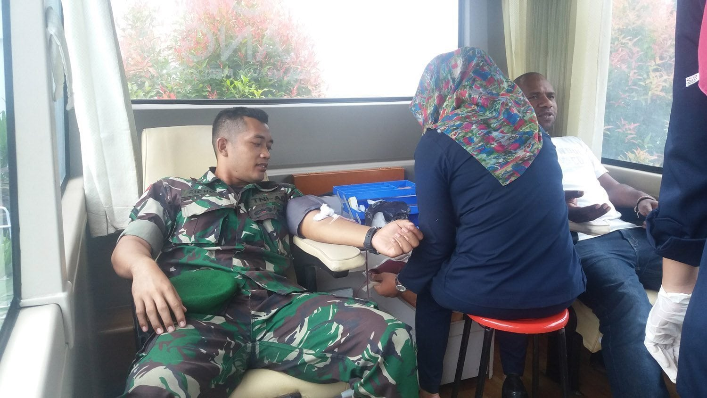 Prajurit TNI Ikuti Donor Darah HUT Jayapura ke-106