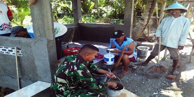 Koramil 21/Rowokele Bersama Warga Bangun Pos Kamling