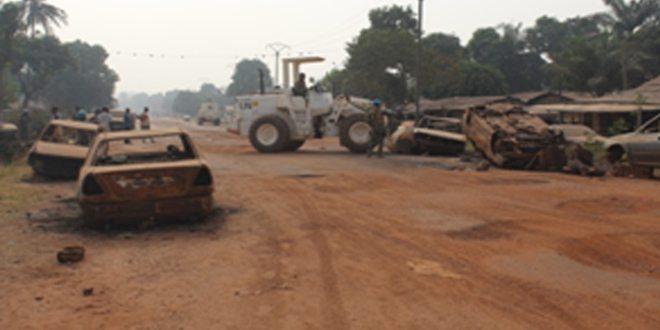 Satgas Kizi TNI Bersihkan Barikade di Kota Bangui Afrika