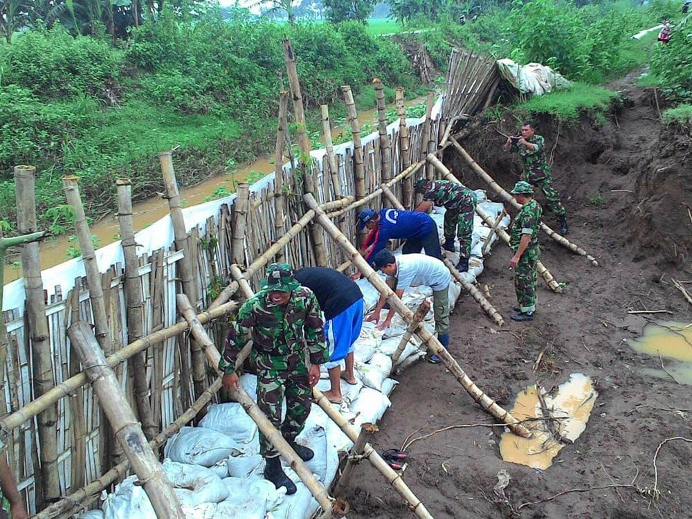 Koramil 0809/05 Grogol Berhasil Atasi Tanggul Yang Jebol Akibat Banjir