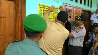 Pemasangan Stiker No Telephone Pelayanan Dan Pengaduan Warga Desa