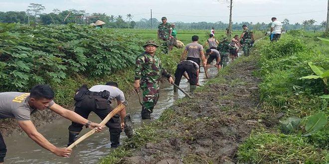 Petani dan TNI Normalkan Aliran Irigasi