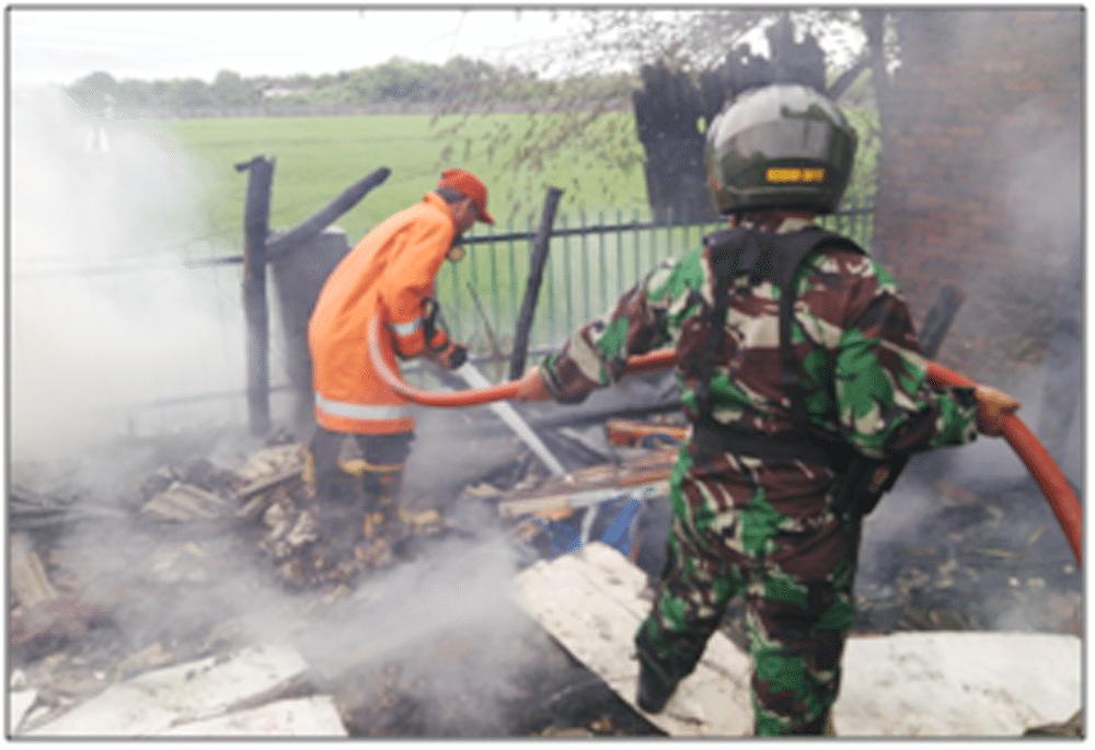 Peran Babinsa Pos Mojoanyar Bersama Bhabinkamtibmas dan Warga Dalam Memadamkan Kebakaran
