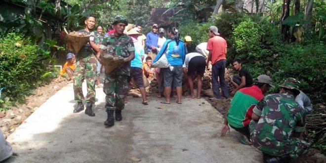 Babinsa Kendal Ngawi Bersama Warga Gotong Royong Perbaiki Jalan