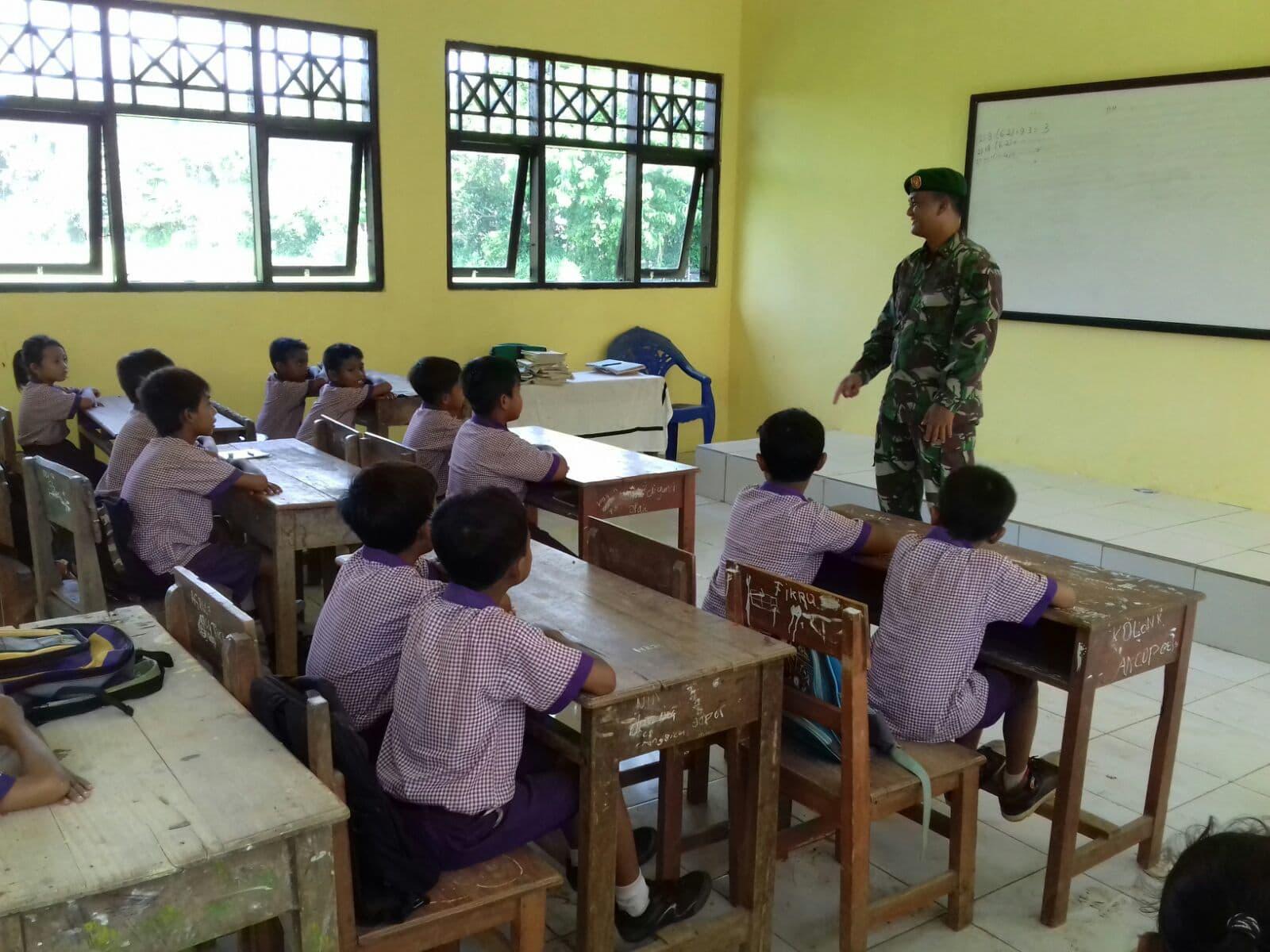 Babinsa 06/Tanah Merah Mengajar Bela Negara di SDN Rongdurin
