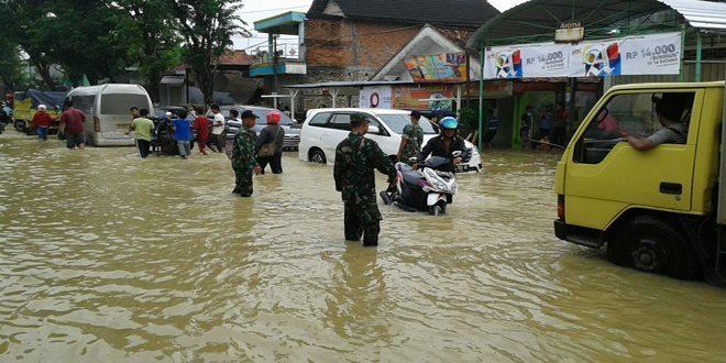 Personel Kodim 0829/Bangkalan Bantu Warga yang Terkena Banjir Kiriman dari Sungai Blega
