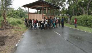 Satgas Pamtas RI-PNG Yonif Raider 411/Pandawa Kostrad Bersama Masyarakat Gotong Royong Pindahkan Pos Kamling