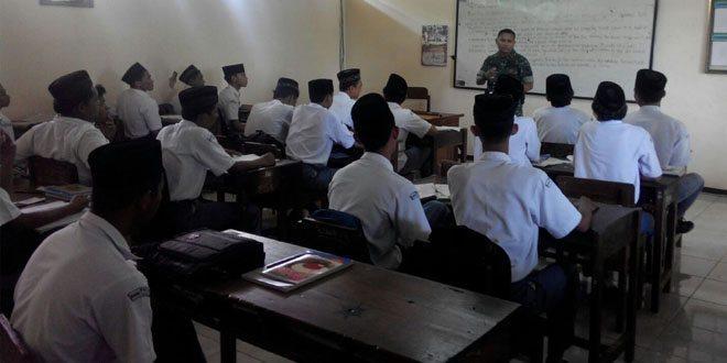 Babinsa Kodim Kudus Masuk Sekolah Ajak Pelajar Jadi Anggota TNI