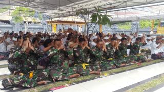 Prajurit Satgas Pamtas RI-PNG Rayakan Galungan di Jayapura