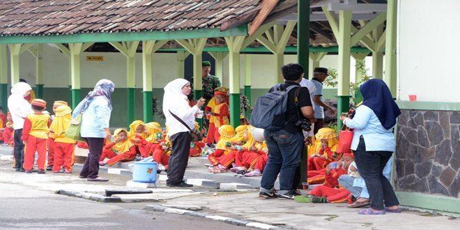 Anak-Anak TK Al Islam Surakarta Mengunjungi Makorem 074/Warastratama