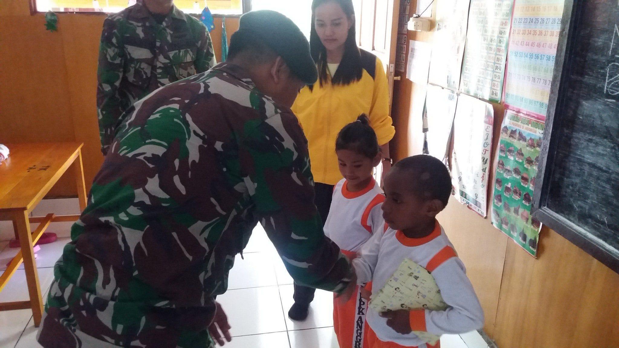 Meriahkan Hari Kasih Sayang di Puncak Jaya, Yonif Raider 509 Kostrad Mengadakan Pembagian Alat Tulis dan Pengobatan Massal Gratis