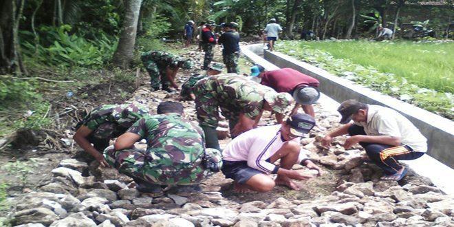 Anggota TNI Lakukan Pengerasan Jalan