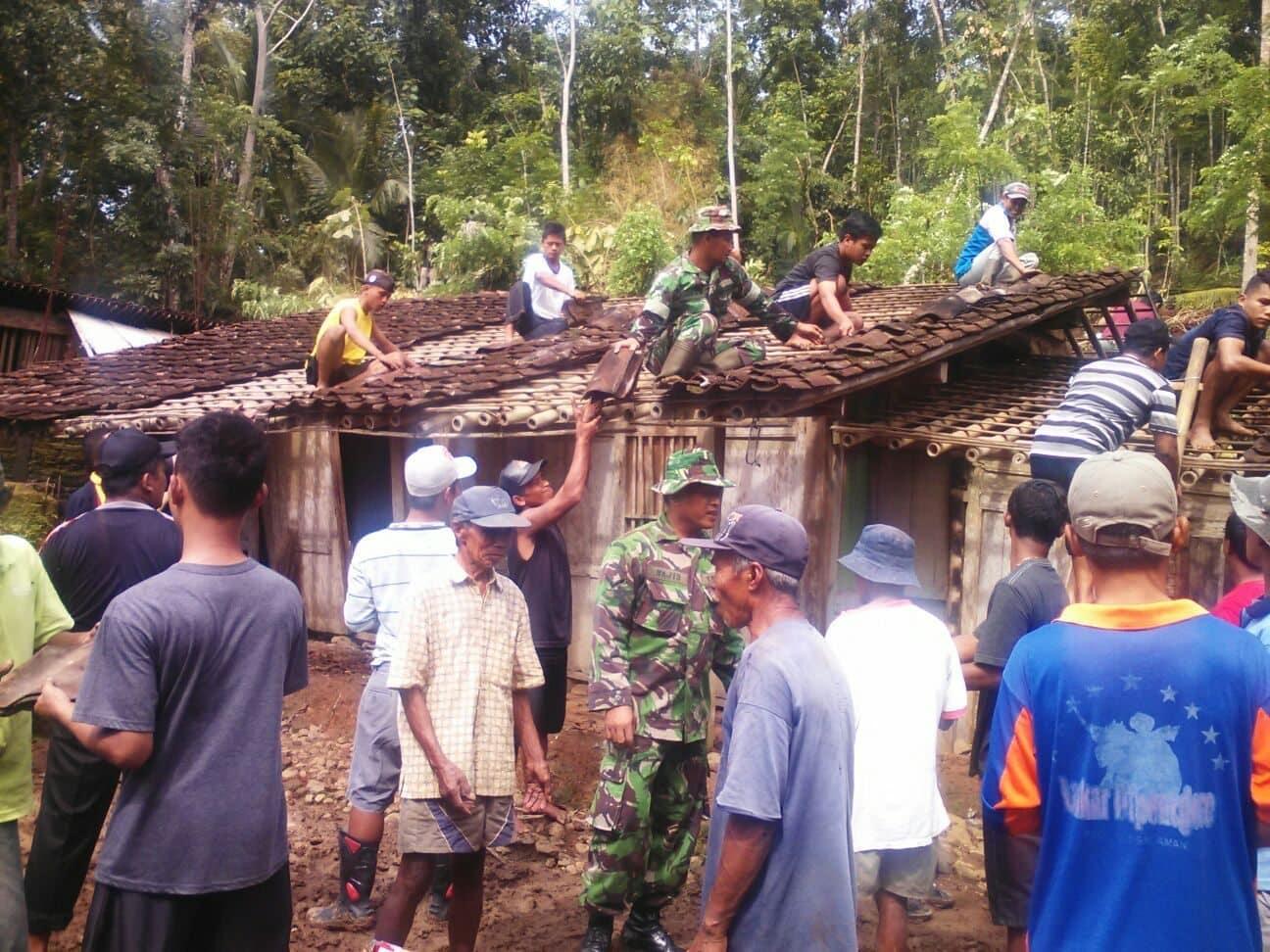 Longsor Datang Lagi, Koramil Salaman bantu warga memperbaiki rumah