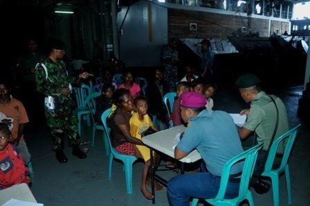 348 Masyarakat Pulau Liran Dapat Pelayanan Pengobatan di KRI dr. Soeharso