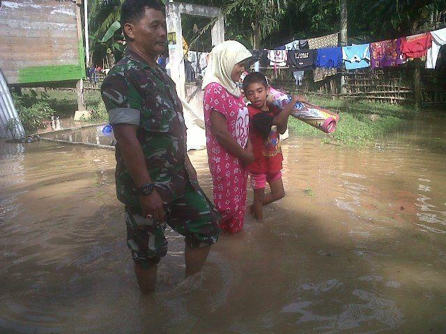 Babinsa Desa Kuala Selat Evakuasi Warga Korban Gelombang Pasang
