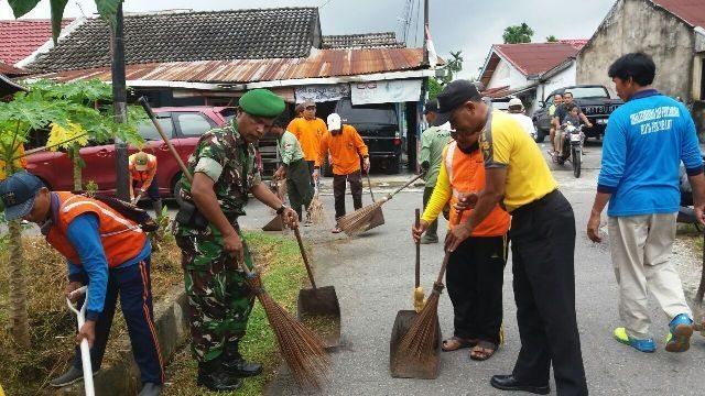 Koramil 06/Sukajadi Gotong Royong Bersama Warga Bersihkan Parit