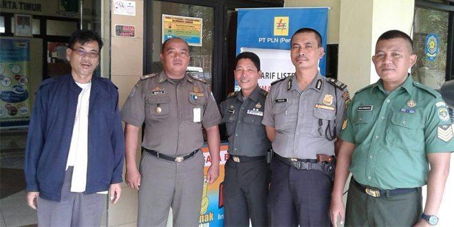 Personel Pendam jaya Melaksanakan komsos Di Kantor Kelurahan Cawang