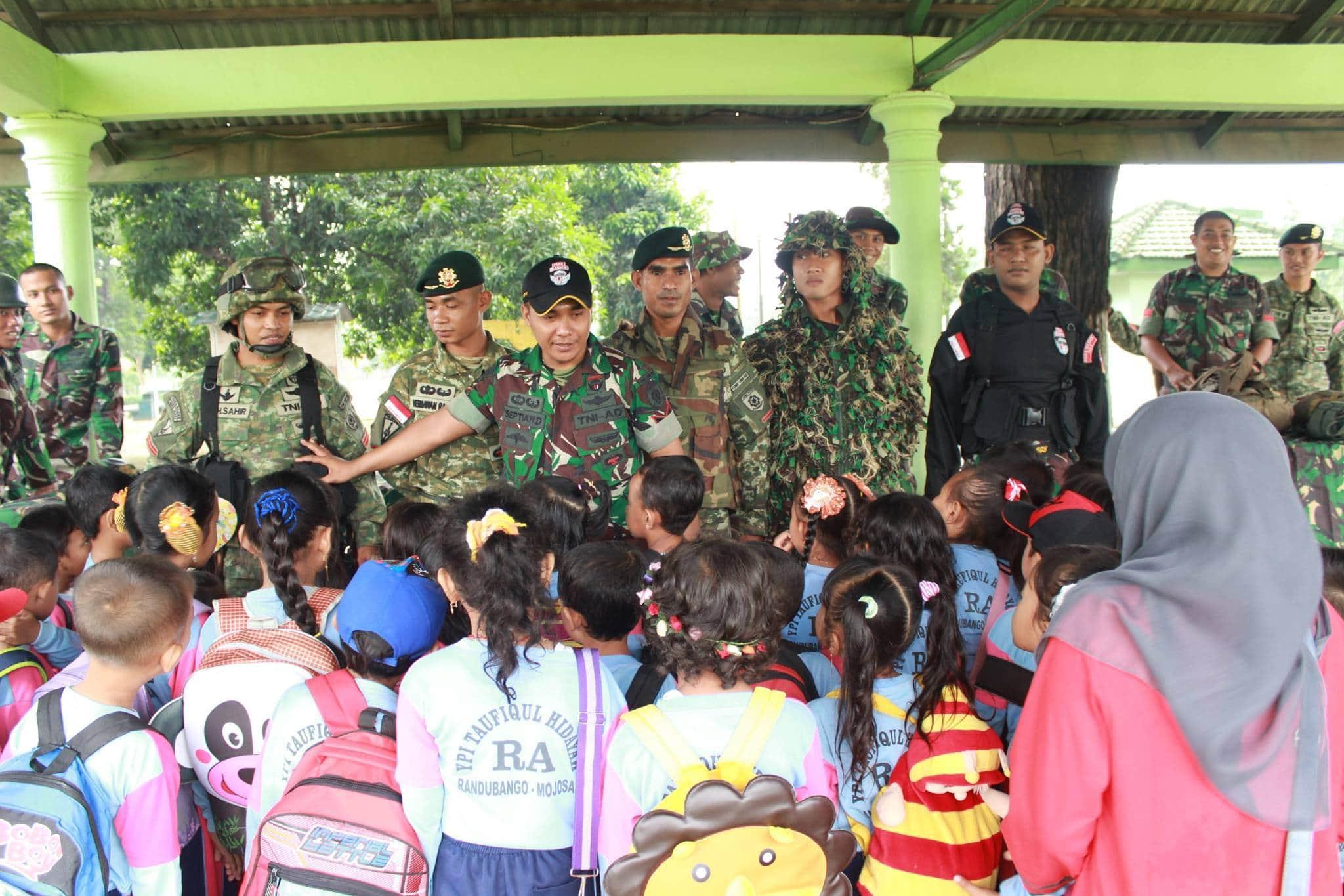 Siswa TK Roudhlatul Atfhal Taufiqul Hidayah Kunjungi Batalyon Yonif Linud 503 16-2-16 6