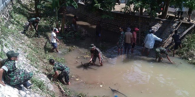 Personel Koramil 16/Sepulu Bangkalan dan Warga Bersihkan Saluran Irigasi