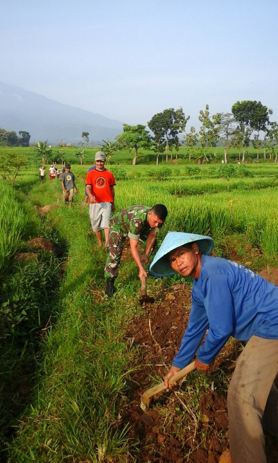 Anggota Koramil 0805/08 Jogorogo Bersama Masyarakat Bahu Membahu Bersihkan Saluran Irigasi
