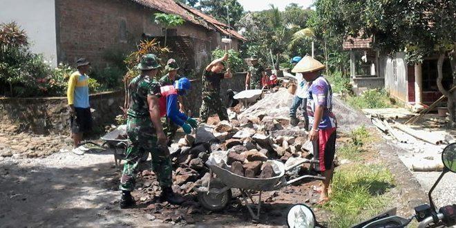 Babinsa Mantingan Bersama Masyarakat Perbaiki Jalan Desa