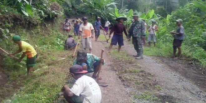 Jalan Desa Kedungwringin Disapu Bersih Babinsa dan Warga