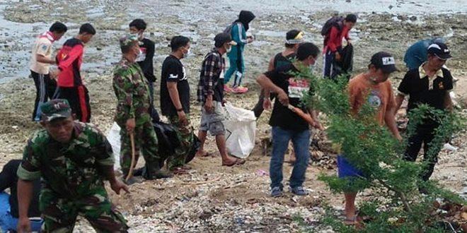 Koramil 0812/17 Paciran Peduli Terhadap Kebersihan Lingkungan Pantai