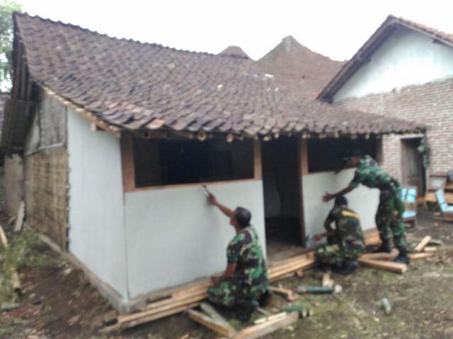 Puluhan personel Kodim 0820/Probolinggo Benahi Rumah Korban Puting Beliung