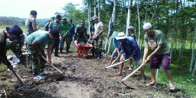 Puluhan Personil Kodim 0732/Sleman Karya Bhakti Di Minggir