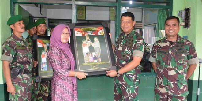 Penyerahan Foto Kenang-Kenangan Kirab Replika Piala Jenderal Sudirman