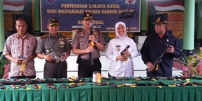 Komandan Kodim 0411/Lampung Tengah Terima Senjata Api Rakitan Dari Masyarakat