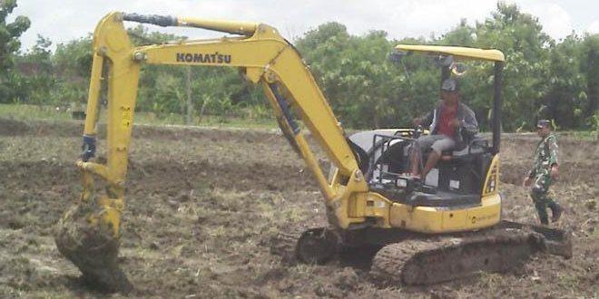 Babinsa Koramil Kalitidu Manfaatkan Escavator Guna Normalisasi Saluran Irigasi