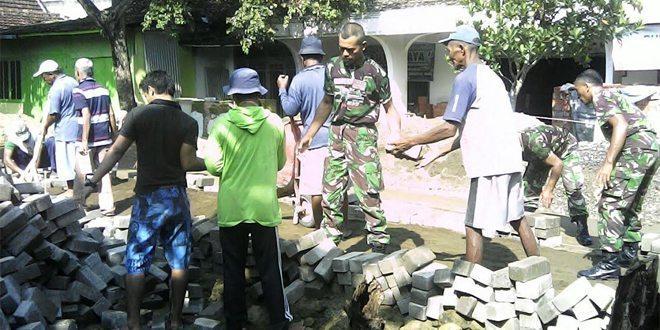 Personel Koramil Kedunggalar Ngawi, Bantu Warga Jati Gembol Pasang Paving